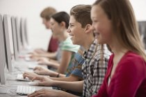 Schüler im Computerkurs — Stockfoto