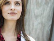 Femme souriante, levant — Photo de stock