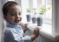Jeune garçon en jeunes plants — Photo de stock