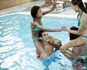 Paare im Schwimmbad — Stockfoto