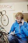 Homme pour effectuer un appel en cycle shop — Photo de stock