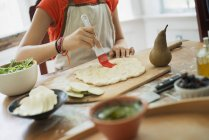 Personne qui fait un wrap et salsa verte — Photo de stock