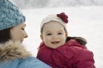 Mère et bébé dans la neige — Photo de stock