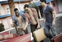 Freunde packen das Auto mit Koffern — Stockfoto