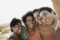 Amigos posando para um selfy — Fotografia de Stock