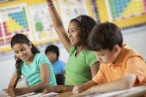 Mädchen und jungen in einem Klassenzimmer — Stockfoto