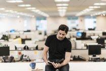 Человек, сидя на столе — стоковое фото