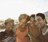 Amis qui posent pour une selfy — Photo de stock