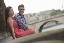 Couple dans une ville au bord de la rivière — Photo de stock