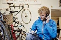 Homme d'appeler dans un magasin de cycle — Photo de stock