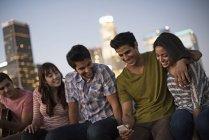 Amigos se reunieron en una terraza en la azotea - foto de stock