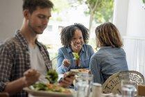 Drei Personen in einem Café — Stockfoto