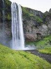 Cascade cascade sur falaise . — Photo de stock