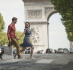 Couple walking by Triumphal Arch — Stock Photo