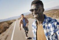 Männer auf einer asphaltierten Straße — Stockfoto