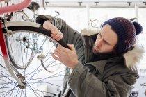 Молодой человек, работающий в магазине цикла — стоковое фото