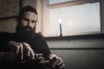 Mann sitzt allein mit Whisky — Stockfoto