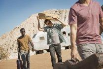 Menschen gehen in offenem Wüstenland — Stockfoto