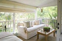 Terraza o porche sombreado de una casa - foto de stock