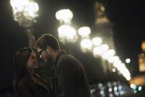 Paar in der nächtlichen Stadt umarmen — Stockfoto