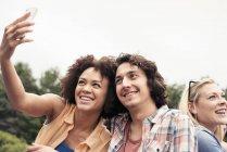 Man and women taking a selfie — Photo de stock