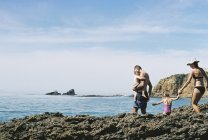 Семья на отдыхе у океана . — стоковое фото