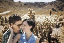 Paar in einer Wüstenlandschaft. — Stockfoto