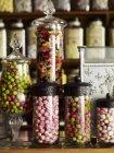Süßigkeiten in hohen Gläsern angezeigt — Stockfoto