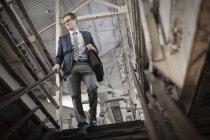 Kaufmann, die Treppe hinunter — Stockfoto