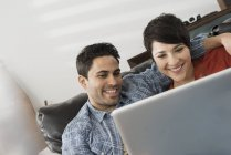 Couple looking at the screen of a laptop. — Stock Photo