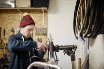 Человек, ремонт велосипедов в магазине цикла — стоковое фото