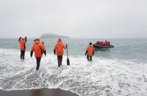 Люди, уходящие в океан — стоковое фото