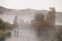 Paar-Fliegenfischen in einem Fluss — Stockfoto