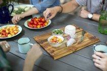 Personnes se sont rassemblées autour d'une table — Photo de stock