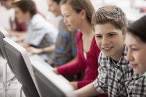 Studenten in einer Computerklasse — Stockfoto