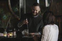 Женщина и бармен говорить — стоковое фото
