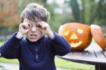 Хлопчик дивлячись throug вигнутий пальці — стокове фото