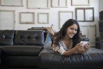 Жінка за допомогою смарт-телефону — стокове фото