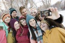 Amis qui posent pour une selfy dans la neige — Photo de stock