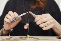 Donna che tiene una catena d'oro — Foto stock
