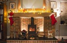 Рождественские чулки висят на камине — стоковое фото