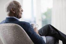 Зрелый человек расслабиться с чашкой чая — стоковое фото