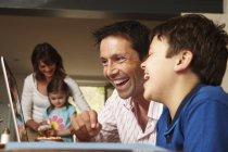 Familia, dos padres y dos hijos - foto de stock