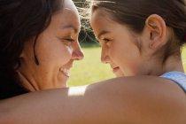 Madre e hija abrazando - foto de stock