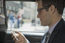 Uomo, usando il suo telefono intelligente. — Foto stock