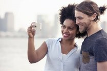 Man and woman taking a selfie in a city — Stock Photo