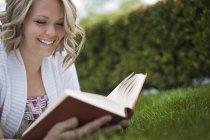 Chica leyendo un libro - foto de stock