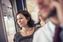 Frau in einem Bus, der Blick aus dem Fenster — Stockfoto