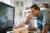 Arquitetos, trabalhando em um projeto de construção verde — Fotografia de Stock