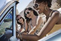 Jóvenes en un convertible azul pálido - foto de stock